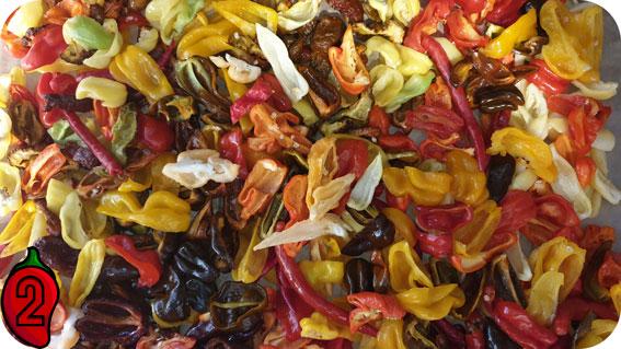 pokrojona papryja chili do suszenia w piekarniku