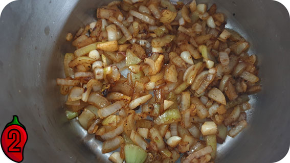 smażona cebula i czosnek na sambal